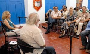 En el encuentro con artistas e intelectuales villaclareños, Andrés Gómez, periodista y fundador de la Brigada Antonio Maceo, destacó la importancia de hacerles saber a los héroes cubanos injustamente encarcelados que no están solos, «están acompañados por su pueblo». (Fotos: Ramón Barreras Valdés)